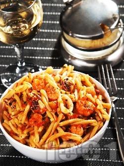 Паста макарони с морски дарове (скариди, калмари, миди) и сос от домати, бяло вино, чесън и праз лук - снимка на рецептата